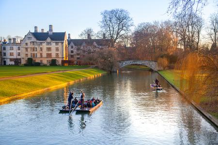 university fountain: CAMBRIDGE, UK - JANUARY 18, 2015: River Cam and tourist boat Editorial