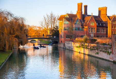 cambridge: CAMBRIDGE, UK - JANUARY 18, 2015: River Cam and tourist boat Editorial