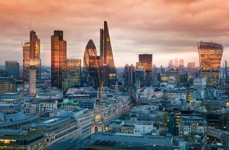 ロンドン、イギリス - 2015 年 1 月 27 日: ロンドンのシティ、ビジネス、銀行アリア。太陽の下でロンドンのパノラマを設定します。聖 Paul 大聖堂から