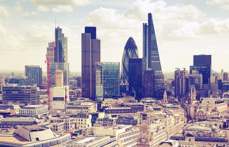 ロンドン日没。ビジネスの近代的な地区を表示します。