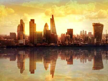 La puesta del sol de Londres. Ver en el moderno distrito de negocios Foto de archivo - 37202136