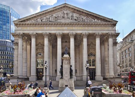 bolsa de valores: LONDRES, Reino Unido - 30 de junio 2014: Banco de Inglaterra. Square y la estación de metro Editorial