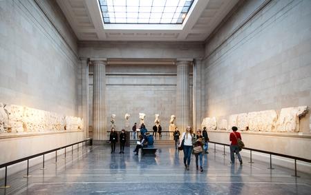 templo griego: LONDRES, Reino Unido - 30 de noviembre 2014: British sala de exposiciones del museo. Colección griega antigua