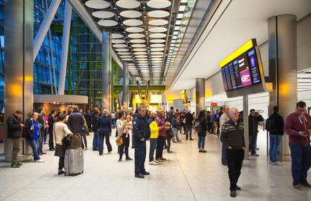 LONDRES, Reino Unido - 28 de março de 2015: Heathrow aeroporto Terminal 5 Editorial
