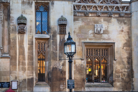 vi: CAMBRIDGE, UK - JANUARY 18, 2015: King college (started in 1446 by Henry VI). Historical buildings