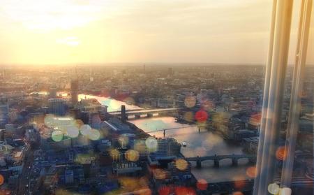 ロンドン市夕日のパノラマ。テームズ川と橋