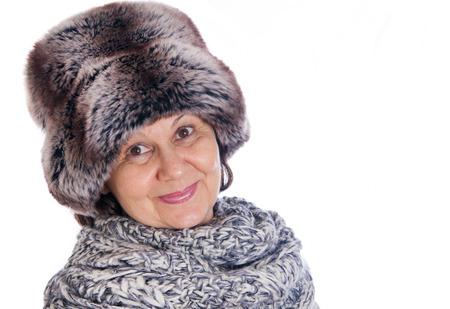 productos de belleza: Mujer guapa Ancianos en sombrero del invierno abetos y bufanda de lana. Accesorio invierno Foto de archivo