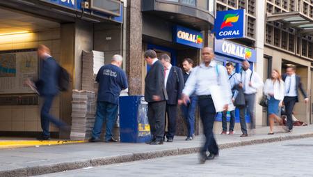 gente corriendo: LONDRES, Reino Unido - APRIL15, 2015: Ciudad de Londres, los viajeros tubo caminar delante de la estación de metro de Londres. Editorial