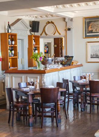 LONDON, Großbritannien - 14. April 2015: Old English viktorianischen Gasthaus Interieur. Am frühen Morgen-Einstellungen ohne Menschen