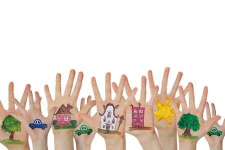 manos juntas: Resumen calle hecha de símbolos pintados. Casas, árboles, coches pintados en manos de los niños levantados.