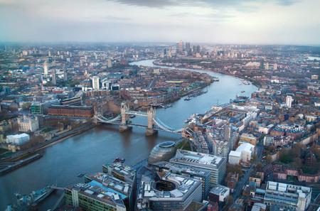 cenital: LONDRES, Reino Unido - 15 de abril 2015: Ciudad de Londres panorama al atardecer. Puente de la torre y el río Támesis