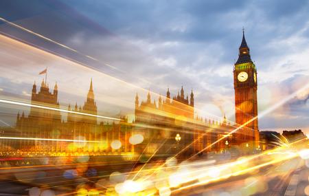 Londen zonsondergang. Big Ben en huizen van het Parlement Redactioneel
