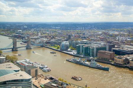 ロンドン、イギリス - 2015 年 4 月 22 日: タワー ブリッジとテムズ川。ロンドンの超高層ビルの 32 階からのパノラマ ビュー