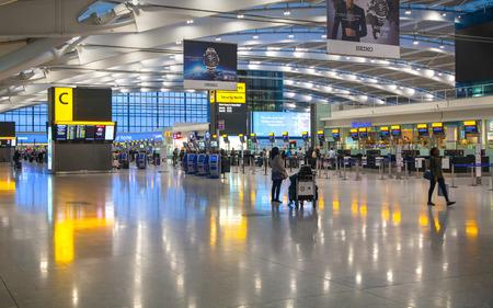 LONDON, Verenigd Koninkrijk - 28 maart 2015: Binnenland van vertrekhal luchthaven van Heathrow Terminal 5. Nieuw gebouw Stockfoto - 44937186