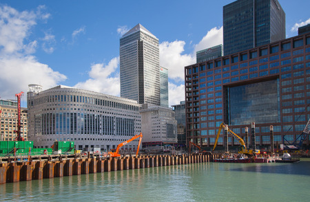 cantieri edili: LONDON, UK - MARCH 31, 2015: Canary Wharf building site with cranes and digger. New resident skyscraper going to be raised next to Canary Wharf business development Editoriali