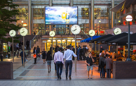 mucha gente: LONDRES, Reino Unido - 07 de septiembre 2015: Canary Wharf vida empresarial. La gente de negocios que van a casa después de día de trabajo.