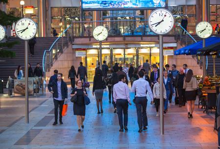 hombres trabajando: LONDRES, Reino Unido - 07 de septiembre 2015: Canary Wharf vida empresarial. La gente de negocios que van a casa después de día de trabajo.