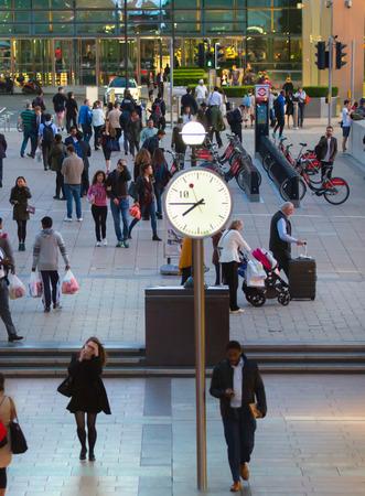 jornada de trabajo: LONDRES, Reino Unido - 07 de septiembre 2015: Canary Wharf vida empresarial. La gente de negocios que van a casa despu�s de d�a de trabajo.