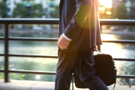 jornada de trabajo: La gente de negocios que van a casa despu�s de d�a de trabajo.