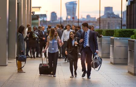 personas en la calle: LONDRES, Reino Unido - 07 de septiembre 2015: Canary Wharf vida empresarial. La gente de negocios que van a casa después de día de trabajo.