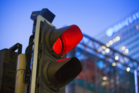 LONDON, UK - 7 SEPTEMBER, 2015: Canary Wharf traffic lights showing red and Barclays bank building on the background Redactioneel