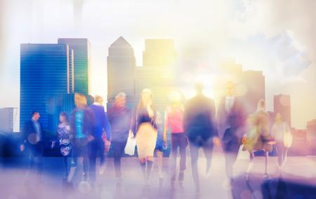 歩いている人が、ロンドンの背景をぼかし