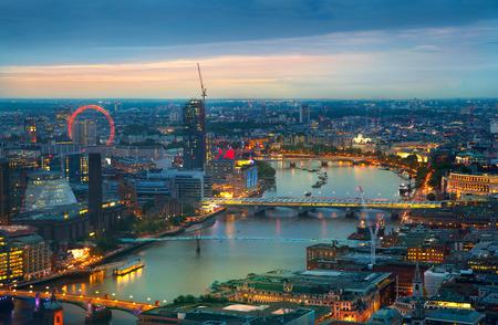 aerial: Londres al atardecer. Fondo de la ciudad. Luces nocturnas