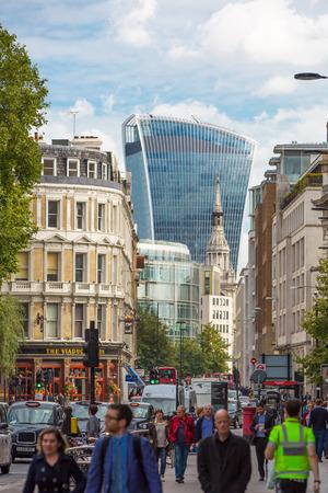 personas en la calle: LONDRES, Reino Unido - 19 de septiembre, 2015: Holborn calle con el tráfico y la gente que cruza el camino