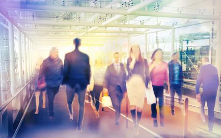 personas en la calle: Gente que recorre desenfoque de fondo