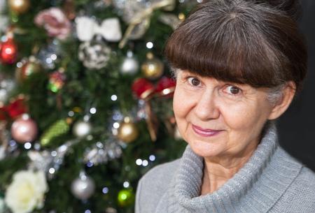 juguetes antiguos: Edad buena Pareja busca mujer en contra de árbol de Navidad. Fondo de la Navidad