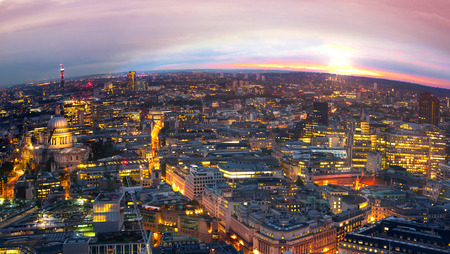aerial: Londres al atardecer, panorámica vista lateral de Westminster en la Ciudad