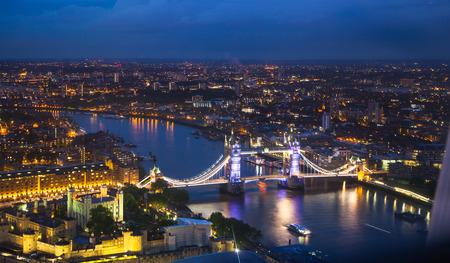 견해: 런던, 밤 파노라마. 타워 브리지 스톡 콘텐츠