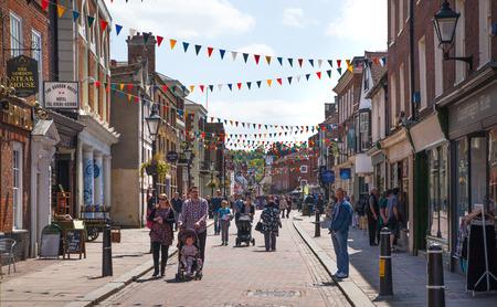 viviendas: ROCHESTER, Reino Unido - 16 de mayo, 2015: Rochester calle en fin de semana. La gente que camina por la calle, pasando cafés, restaurantes y tiendas