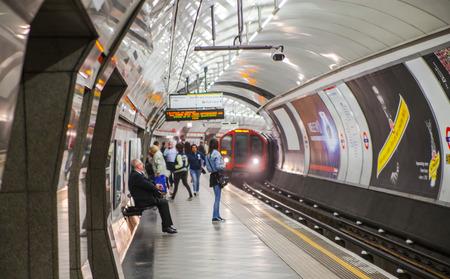 ロンドン、イギリス - 2015 年 4 月 22 日: 人々 の地下鉄のプラットフォームで電車の到着を待って