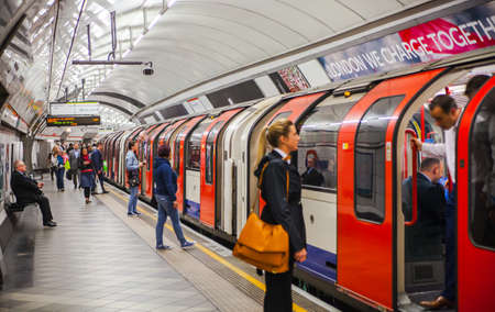 plataforma: LONDRES, Reino Unido - 22 de abril 2015: La gente espera en la plataforma de tubo subterr�neo para que llegue el tren