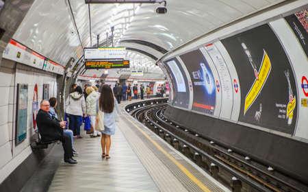 plataforma: LONDRES, Reino Unido - 22 de abril 2015: La gente espera en la plataforma de tubo subterráneo para que llegue el tren