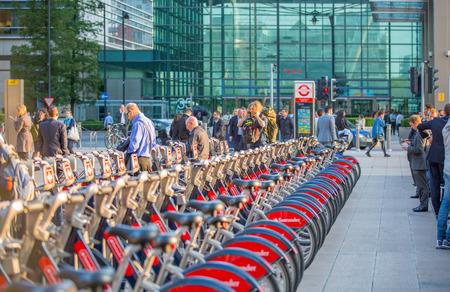esquema: LONDRES, Reino Unido - 9 de septiembre, 2015: línea de estacionamiento de bicicletas en Canary Wharf Editorial