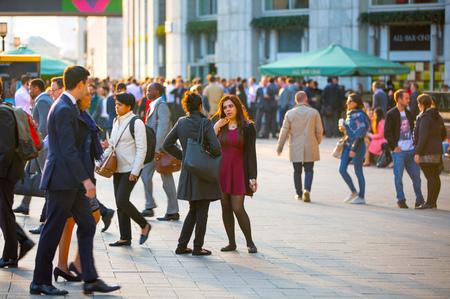 multitud gente: LONDRES, Reino Unido - 09 de septiembre 2015: Los trabajadores de oficina a casa después de la jornada de trabajo en Canary Wharf. La vida de negocios de Londres