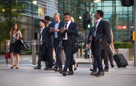 personas en la calle: LONDRES, Reino Unido - 09 de septiembre 2015: Los trabajadores de oficina a casa después de la jornada de trabajo en Canary Wharf. La vida de negocios de Londres