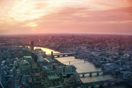 puesta de sol: LONDRES, Reino Unido - ABRIL 15 de, 2015: Ciudad de Londres vista de negocio y financiera aria Editorial