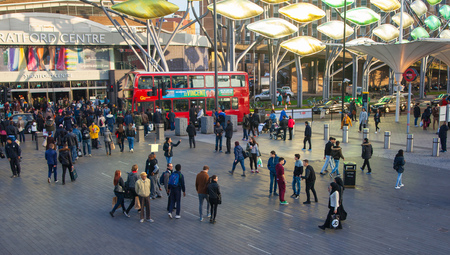 multitud gente: LONDON, UK - NOVEMBER 29, 2015: Stratford international train and tube station, one of the biggest transport junction of London and UK. Main hall w