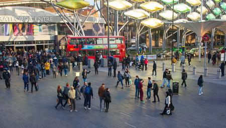 mucha gente: LONDRES, Reino Unido - el 29 de noviembre de 2015: estación internacional de trenes y metro de Stratford, uno de los puntos de transporte más importantes de Londres y Reino Unido. Pasillo principal w