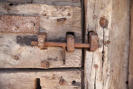 puertas antiguas: 600 años de edad puertas de madera con estructura metálica y el trabajo de bloqueo