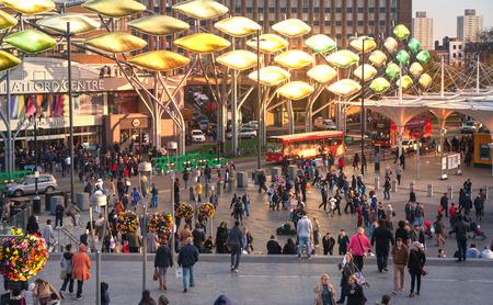 mucha gente: LONDRES, Reino Unido - 29 de noviembre, 2015: internacional de trenes de Stratford y de la estación de metro, uno de los mayores nudo de transporte de Londres y el Reino Unido. sala principal con una gran cantidad de personas Editorial