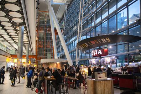 LONDRES (Royaume-Uni) - 28 MARS 2015: Intérieur de l'entrée de l'aéroport Heathrow Terminal 5. Nouveau bâtiment