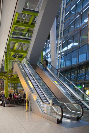 LONDRES, ROYAUME-UNI - 28 MARS 2015: Intérieur de l'aéroport d'Heathrow, Terminal 5. Escaliers