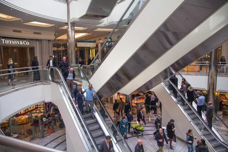 plaza comercial: LONDRES, Reino Unido - 31 de marzo, 2015: Escaleras con las personas en un centro comercial de Canary Wharf Editorial