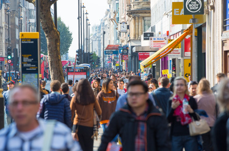 LONDON, GROSSBRITANNIEN - 4. OKTOBER 2016: Viele Leute, Touristen und Londoners, die über Leicester-Quadrat, der berühmte Bestimmungsort von London für Nachtleben, Kinos, Restaurants und