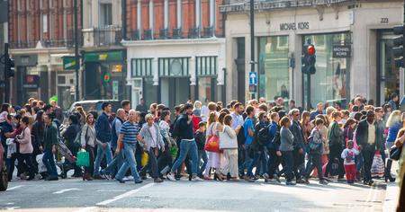 LONDRES, Royaume-Uni - 4 octobre 2016: Foule de personnes traversant la route sur la rue Regent. Les touristes, les acheteurs et les gens d'affaires se précipitent temps Éditoriale