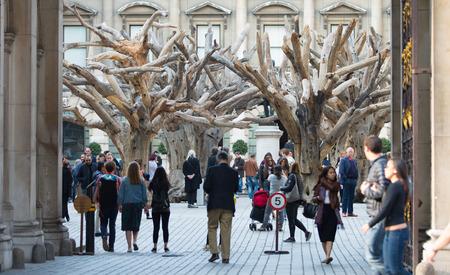 men talking: LONDON, UK - OCTOBER 4, 2016:  main entrance to the Royal Academy of  Art